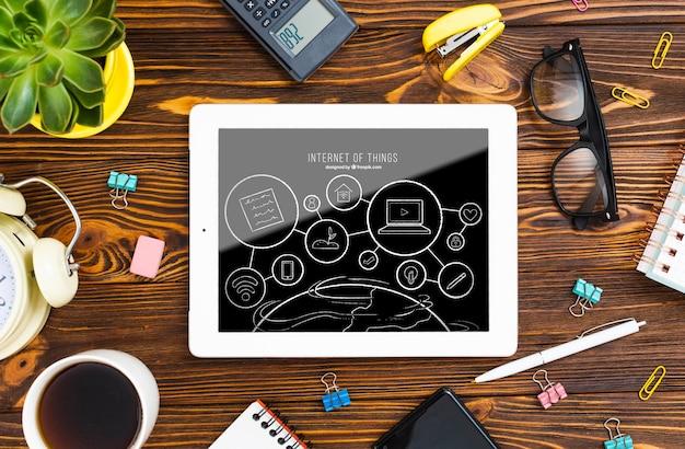 Dispositivo de tableta con gafas PSD gratuito