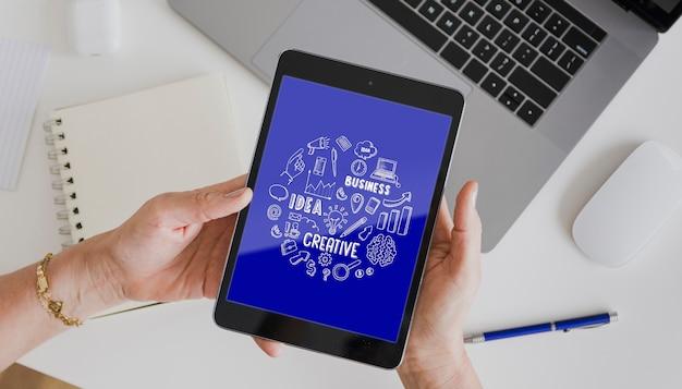 Dispositivos electrónicos en la maqueta de la oficina PSD gratuito