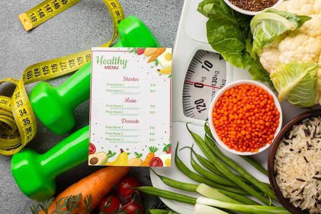 Disposizione di cibi sani su scala e menu dietetico Psd Gratuite