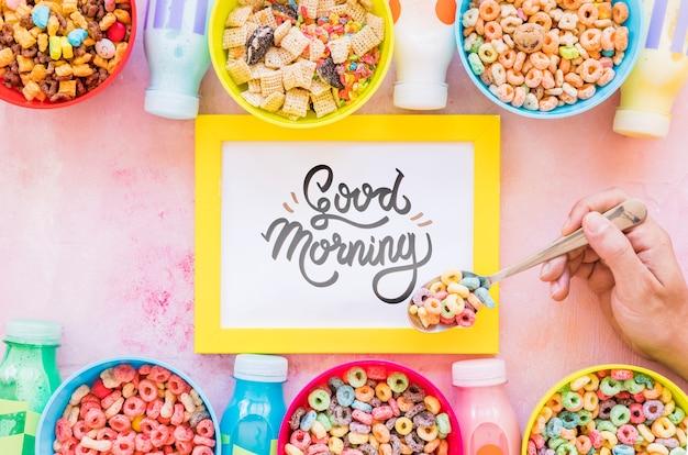 Disposizione piana di cereali colorati e cornice su sfondo chiaro Psd Gratuite