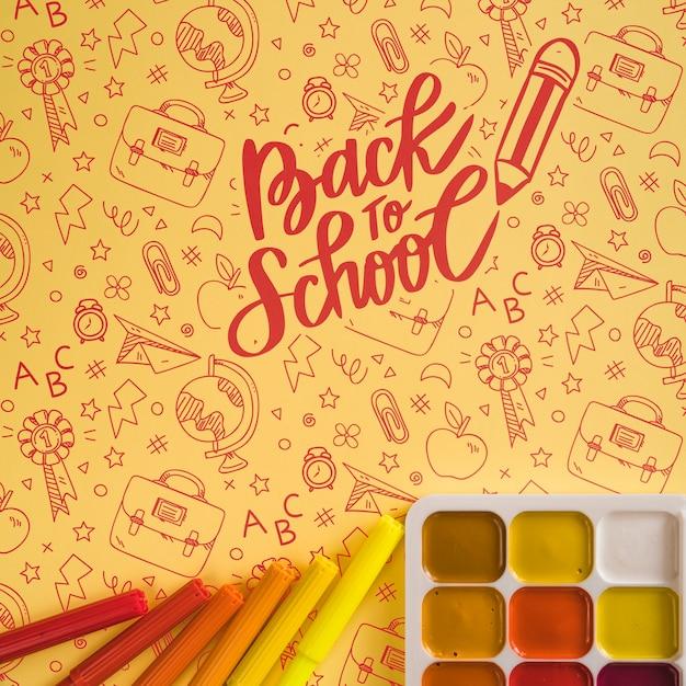 Disposizione vista dall'alto con palette di colori e pennarelli Psd Gratuite