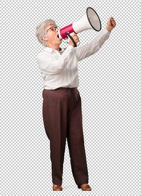 Donna anziana piena di corpo eccitata ed euforica, che urla con un megafono, segno di rivoluzione e cambiamento, incoraggiando altre persone a muoversi, personalità leader Psd Premium