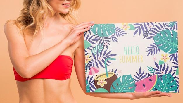 Donna attraente in bikini che presenta il modello di copertina Psd Gratuite