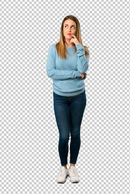Donna bionda con la camicia blu che ha dubbi mentre alzando lo sguardo Psd Premium