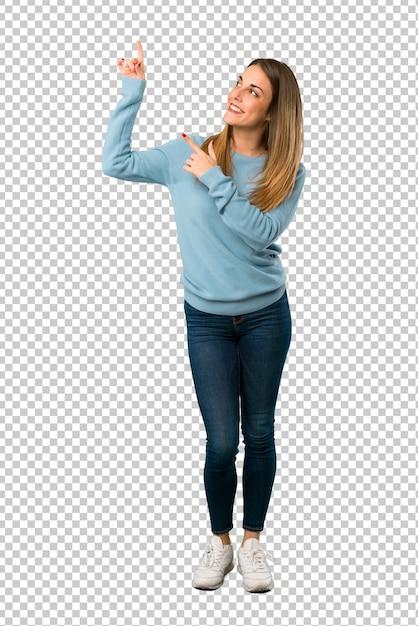 Donna bionda con la camicia blu che indica con il dito indice e alzando lo sguardo Psd Premium