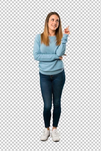 Donna bionda con la camicia blu che punta una grande idea e alzando lo sguardo Psd Premium