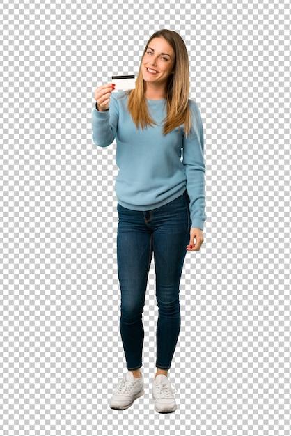 Donna bionda con la camicia blu che tiene una carta di credito Psd Premium