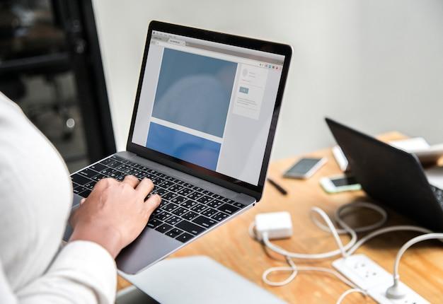 Donna che controlla la sua posta elettronica in una riunione Psd Gratuite