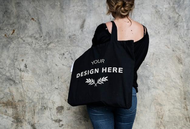 Donna che trasporta una borsa Psd Premium
