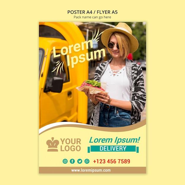 Donna con cappello comprare cibo da van poster Psd Gratuite
