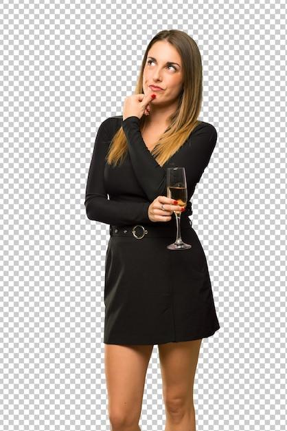 Donna con champagne festeggia il nuovo anno 2019 pensando un'idea Psd Premium