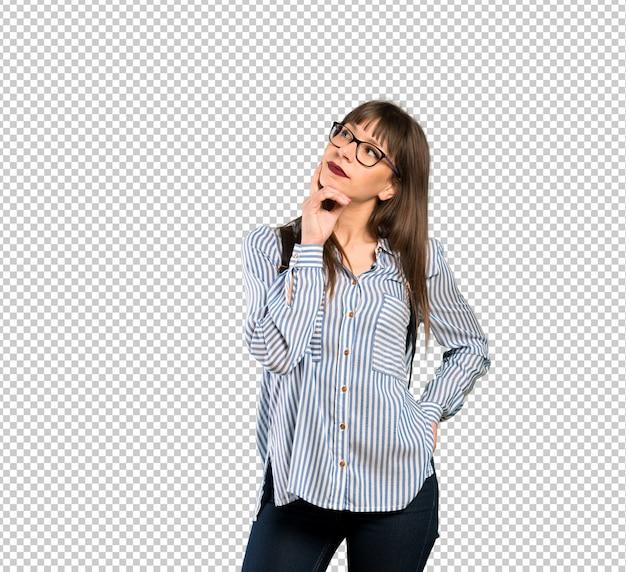Donna con gli occhiali pensando un'idea mentre alzando lo sguardo Psd Premium