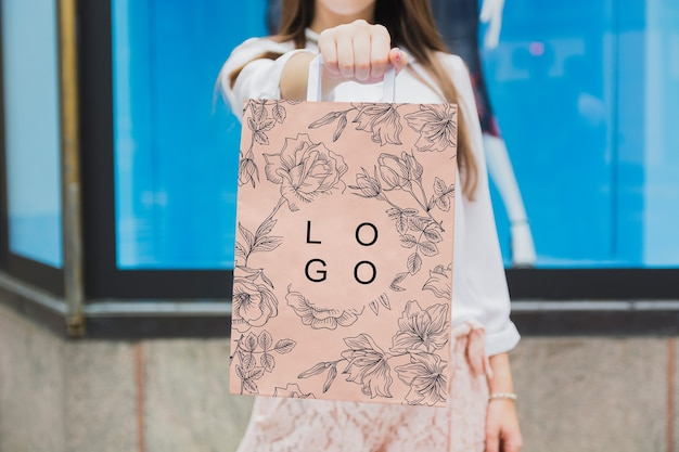 Donna con il mockup del sacchetto della spesa Psd Gratuite