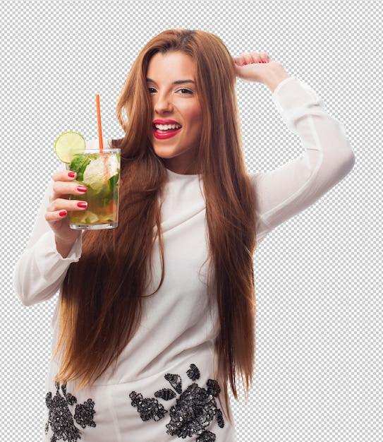 Donna elegante che beve un mojito Psd Premium