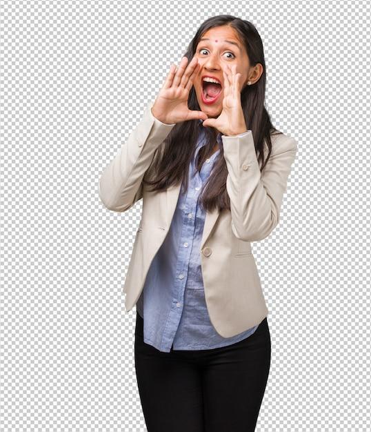 Donna indiana di giovani affari che grida felice, sorpresa da un'offerta o una promozione, spalancata, saltando e orgogliosa Psd Premium