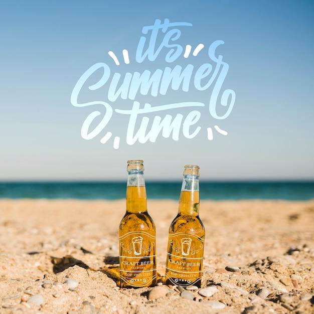 Dos botellas en la playa con espacio de copia. PSD gratuito