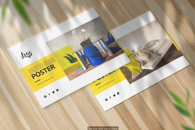 Dos maquetas de póster horizontal a5 en escritorio de madera brillante PSD Premium