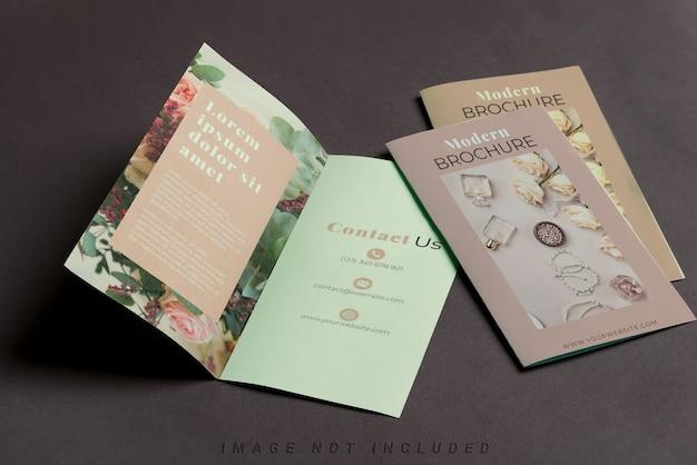 Drie mockup brochures op zwarte tafel Premium Psd