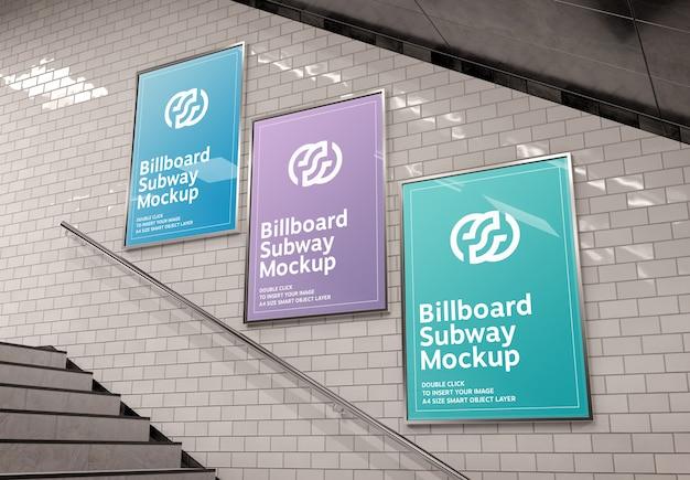 Drie verticale reclameborden op ondergrondse trap muur mockup Premium Psd