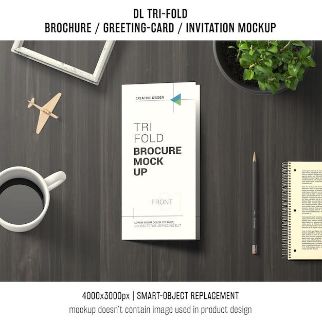 Driebladige brochure of uitnodiging mockup stilleven concept Gratis Psd