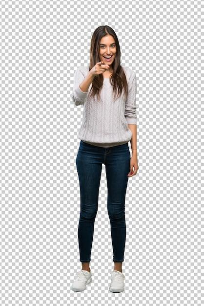 Een volledige lengte shot van een jonge spaanse brunette vrouw verrast en wijst naar voren Premium Psd