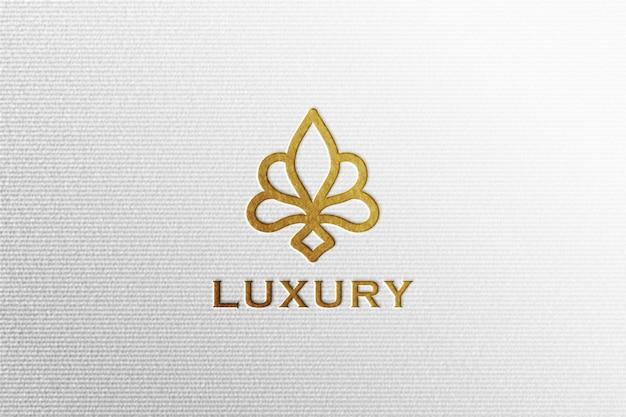 Eenvoudig luxe inscriptie goudfolie logo mockup op wit geperst papier Premium Psd