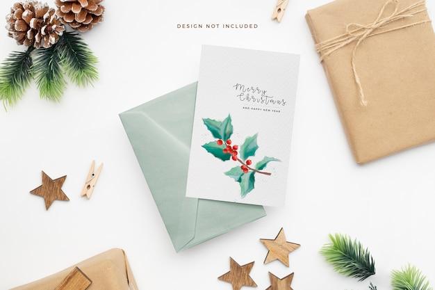 Elegant kerstpapier met dennenappels en houten sterren Gratis Psd