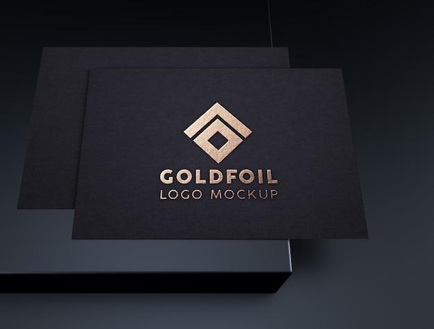 Elegante en luxe reliëf goudfolie logo mockup op zwart papier Premium Psd