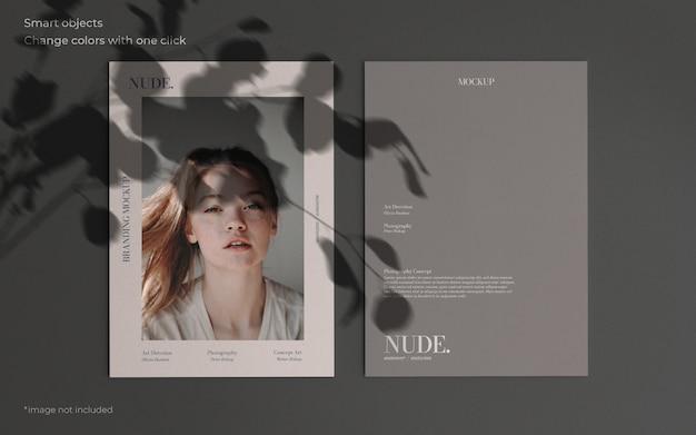 Elegante maqueta con dos folletos y sombra botánica. PSD gratuito