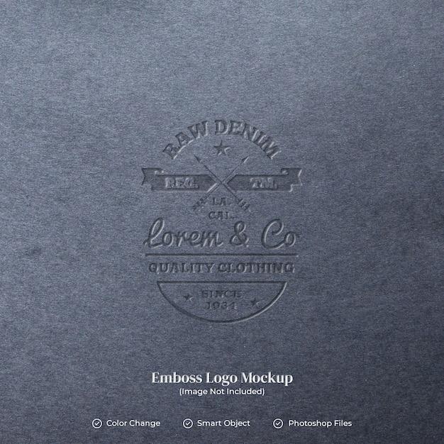 Emboss logo op bewerkbare lagen van leertextuur Premium Psd