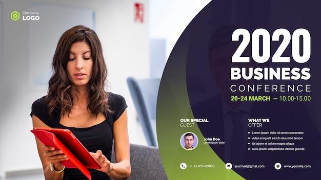 Empresaria que celebra una conferencia de negocios de tableta digital PSD gratuito