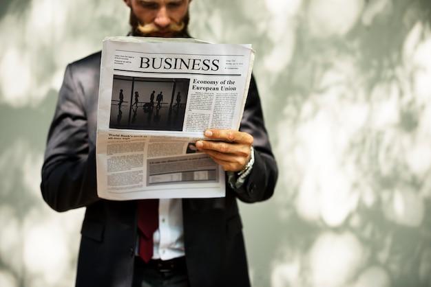 Empresario de pie y leyendo el periódico PSD gratuito