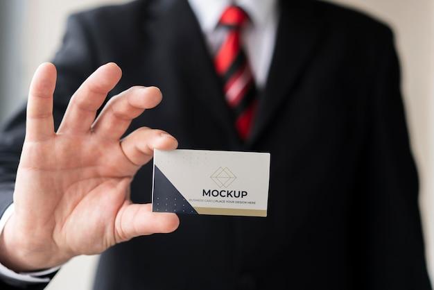 Empresario sosteniendo maqueta de tarjeta de visita PSD gratuito