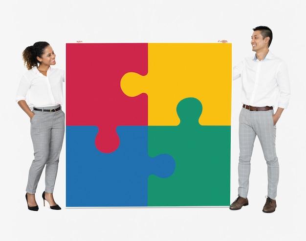 Empresarios conectando piezas de rompecabezas. PSD gratuito