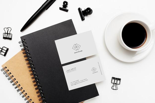 Escritorio de negocios elegante con maqueta de tarjeta de visita sobre fondo blanco PSD gratuito