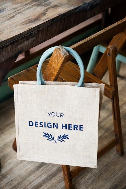 Espacio de diseño en la bolsa de asas en blanco PSD gratuito