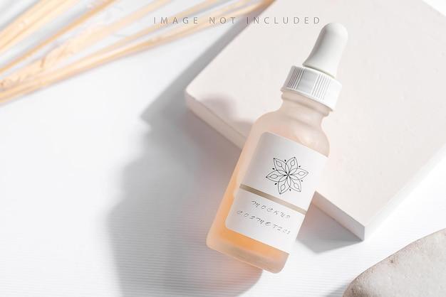 Essentie van het close-up de gele serum in glasfles op witte tribune Premium Psd