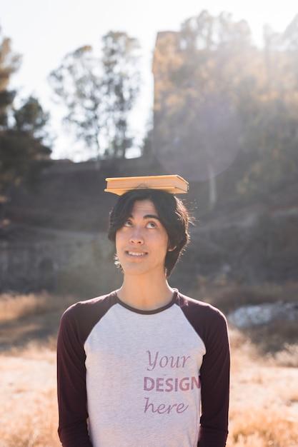 Estudiante con una maqueta de camisa de manga larga PSD gratuito