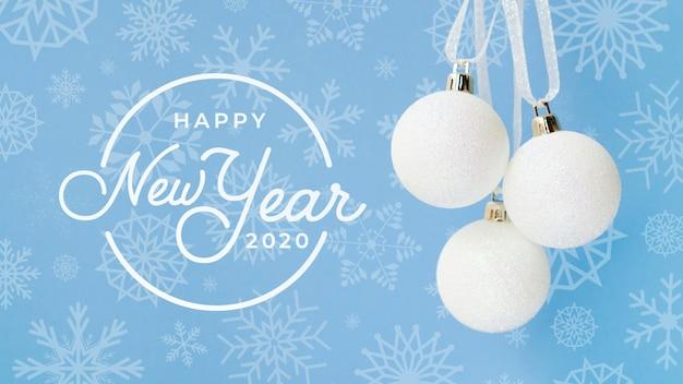 Feliz año nuevo 2020 con bola de navidad blanca sobre fondo azul PSD gratuito