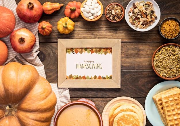 Feliz día de acción de gracias maqueta rodeada de deliciosa comida PSD gratuito