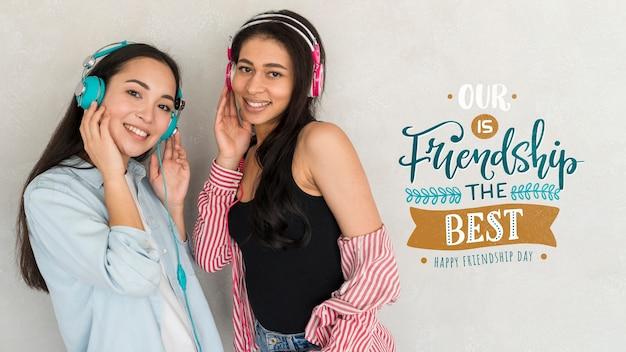 Feliz día de la amistad. mujeres jóvenes mejores amigas celebrando el día de la amistad PSD gratuito