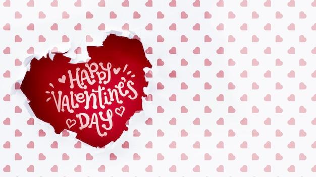 Feliz día de san valentín letras en agujero en forma de corazón PSD gratuito