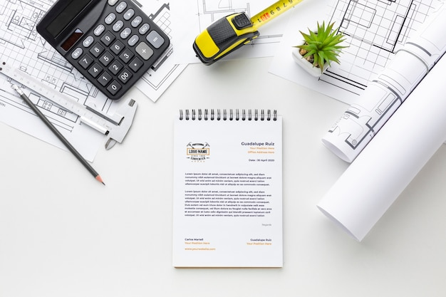 Flat lay engineering tools met notepad mock-up Gratis Psd
