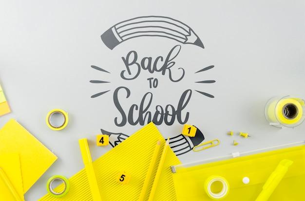 Flat se recostó en la escuela con útiles amarillos PSD gratuito