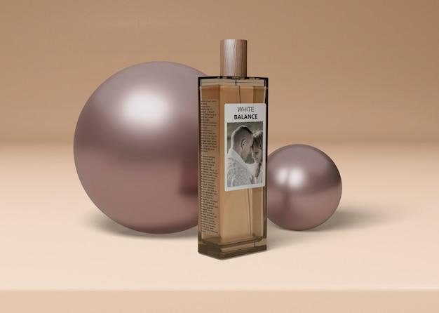 Fles parfum naast ballen Gratis Psd