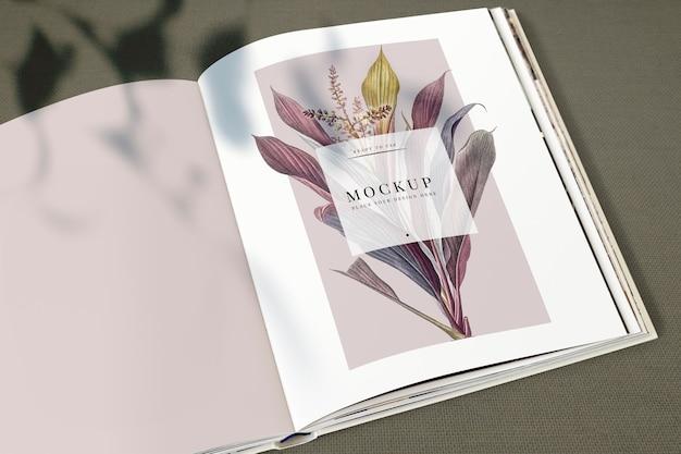 Floral tijdschrift mockup met lege ruimte Gratis Psd