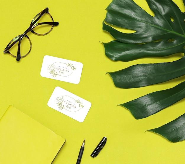 Foglia verde di palme, occhiali e note su sfondo giallo Psd Premium