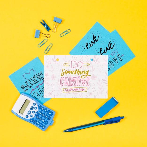 Foglio di carta sulla scrivania con messaggio positivo Psd Gratuite