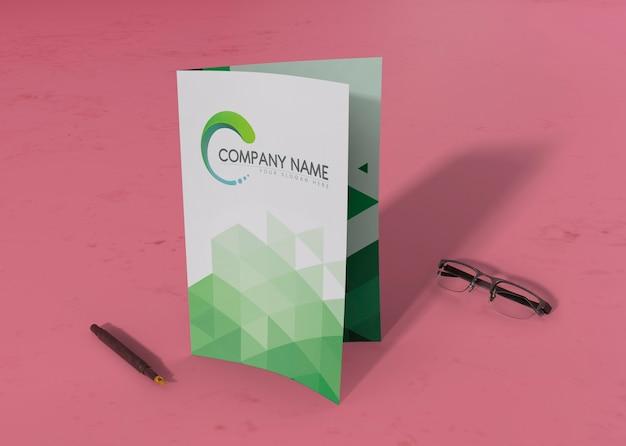 Folder gevouwen met pen en bril voor mock-ups Gratis Psd