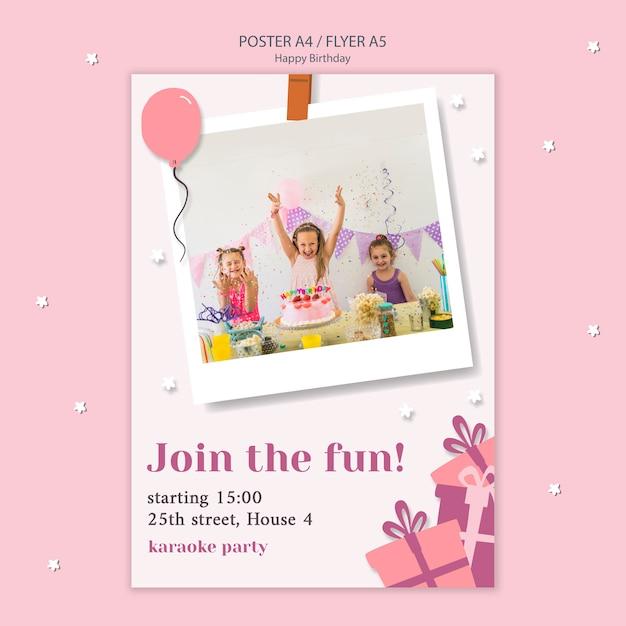 Folleto de feliz cumpleaños con niños celebrando PSD gratuito